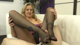 Julia's Kinky Footjob – Julia Ann